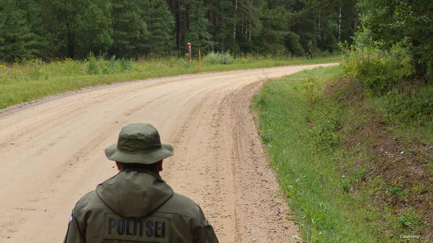 طريق (Saatse boot) حيث يظهر أحد عناصر حرس الحدود الإستونيين وقد خرج جندي روسي من بين الأشجار