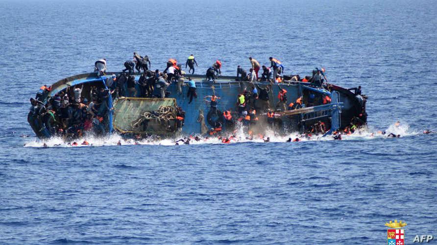 صورة لخفر السواحل الإيطالي لقارب مهاجرين لحظة غرقه