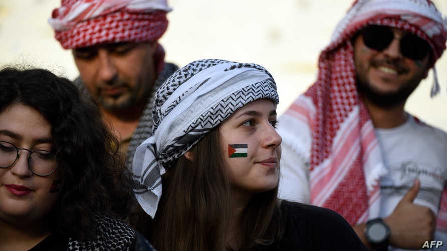 مشجعون للمنتخب الفلسطيني خلال مباراته مع منتخب الأردن في كأس آسيا