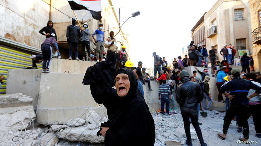 يحاول محتجون عراقيون منذ عدة اسابيع السيطرة على الجسور الرئيسية وسط بغداد
