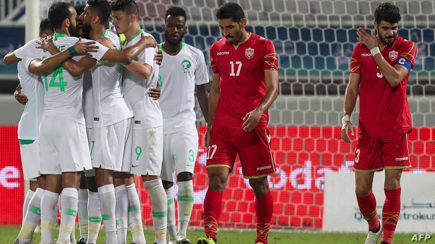 لاعبو المنتخب السعودي يحتفلون بتسجيل هدف في شباك البحرين