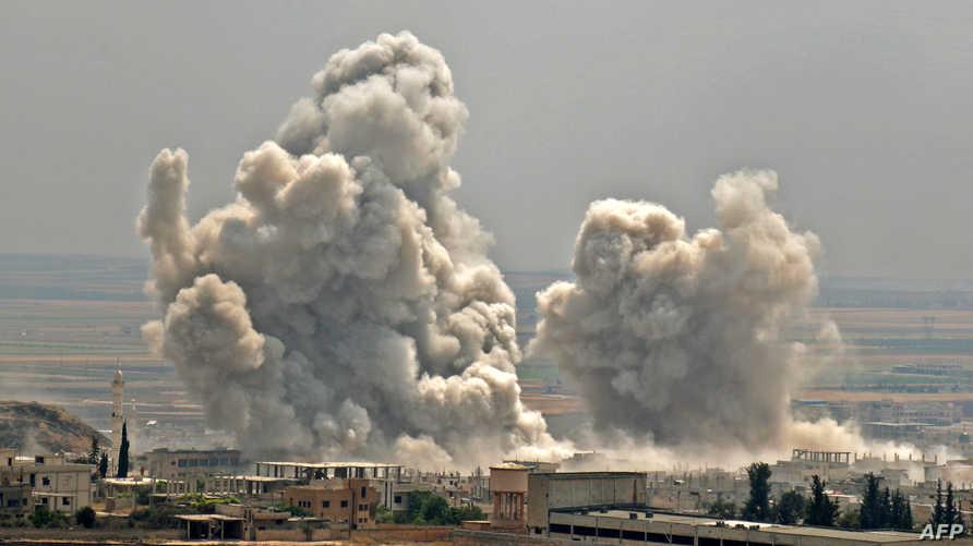 دخان يتصاعد بعد تقارير بقصف جوي على بلدة خان شيخون في محافظة إدلب بتاريخ 7/6/2019
