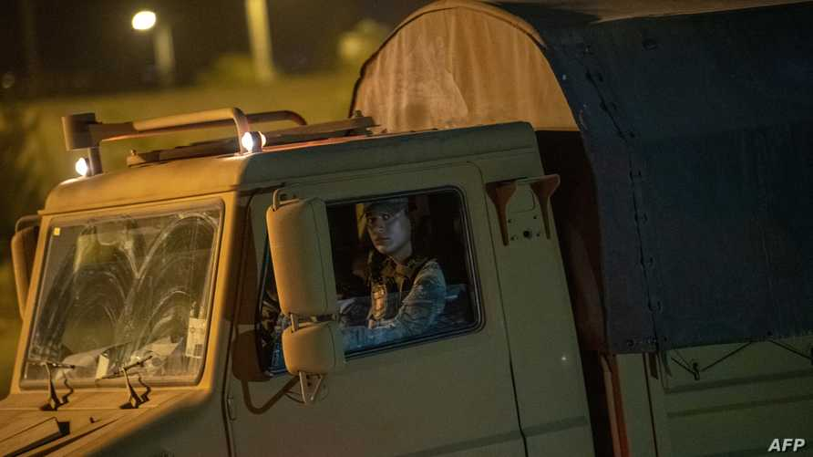 عربات مدرعة تركية تمر عبر الحدود مع سوريا
