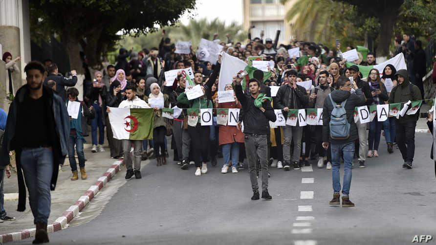 طلاب جامعة الجزائر خلال احتجاجهم ضد ترشح بوتفليقة لولاية خامسة