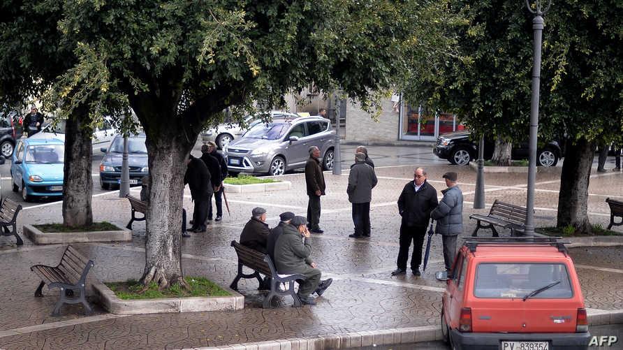رجال مسنون في الساحة الرئيسة بمدينة روزارنو في الجنوب الإيطالي_أرشيف