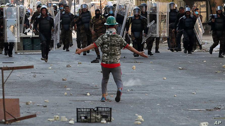 قوات الأمن تحاول منع محتجين من عبور جسر الشهداء في بغداد يوم الأربعاء
