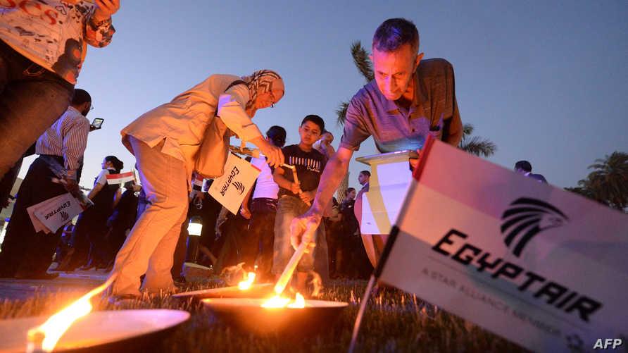 إضاءة الشموع لضحايا الطائرة المصرية