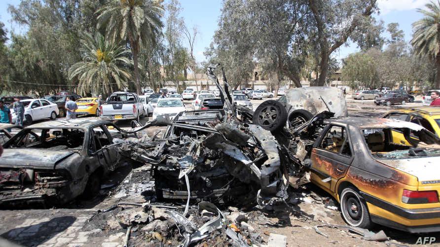 سيارة محترقة في موقع انفجار هز حي اليرموك في بغداد