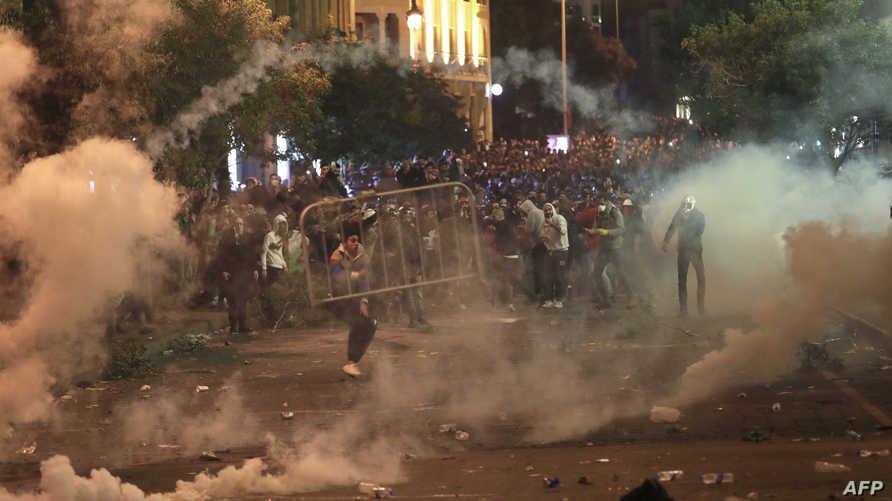 سرعان ما تغير المشهد السلمي للاعتصام وذلك بعد دخول مجموعات ملثمة