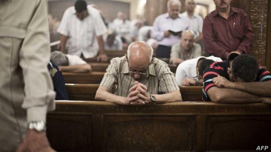 أقباط يصلون في كنيسة مريم العذراء في القاهرة- أرشيف