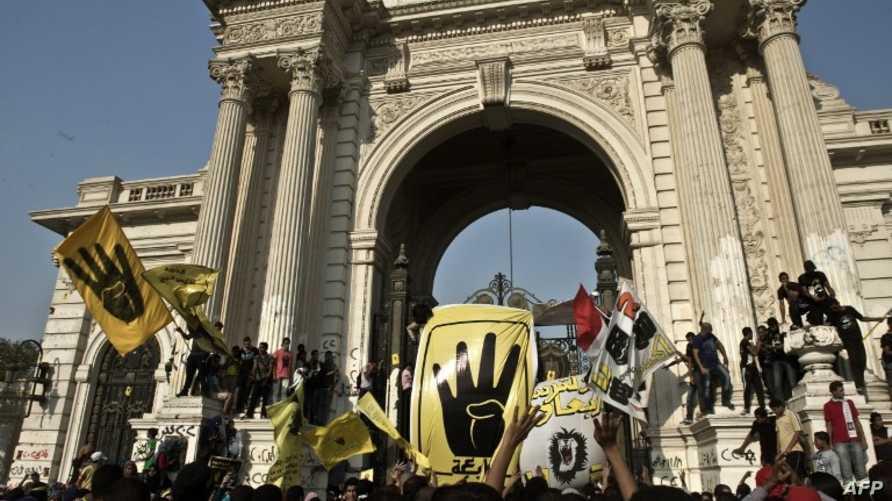 متظاهرون مؤيدون للرئيس المعزول محمد مرسي في محيط قصر القبة الرئاسي في القاهرة