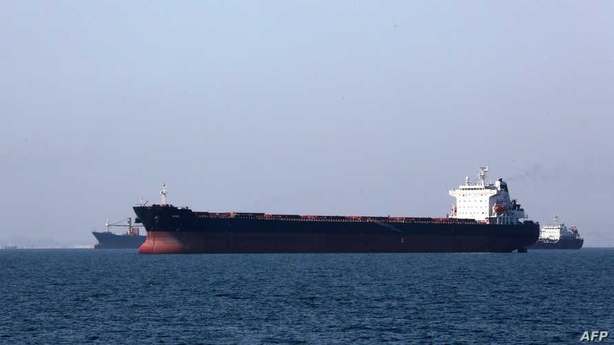 ناقلة نفط تبحر بالقرب من مدينة بندر عباس الساحلية في إيران