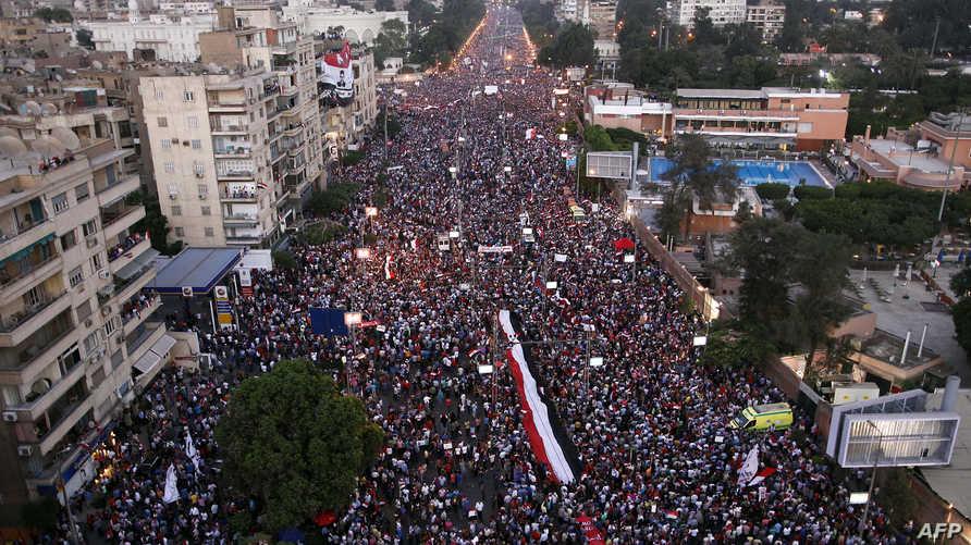 أحد شوارع القاهرة مزدحم بالجماهير - صورة أرشيفية