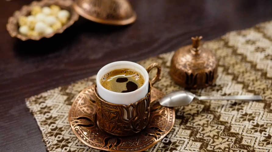 يفضل كثيرون احتساء القهوة في أوقات الصباح