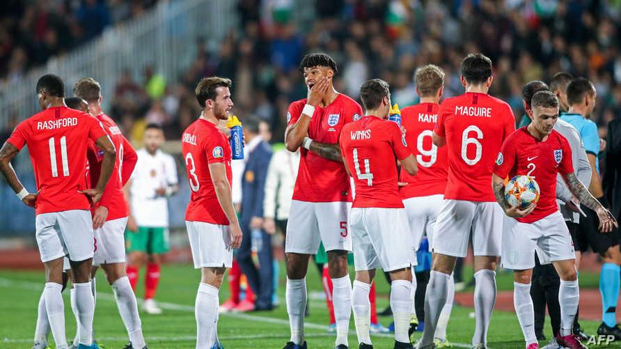 لاعبو إنكلترا أثناء توقف المباراة