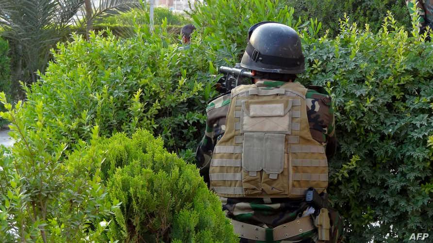 أحد عناصر القوات الكردية خلال اشتباكه مع المتشددين في كركوك - أرشيف