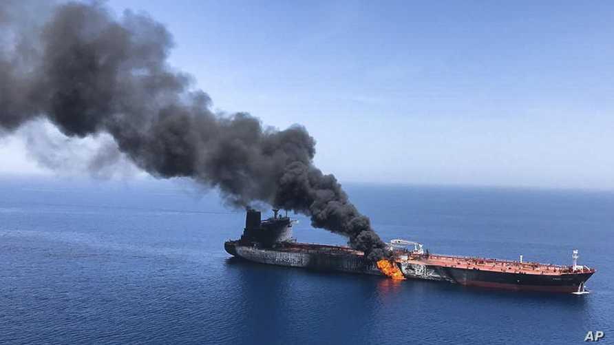 الدخان يتصاعد من ناقلة نفط تعرضت للهجوم قبالة خليج عمان