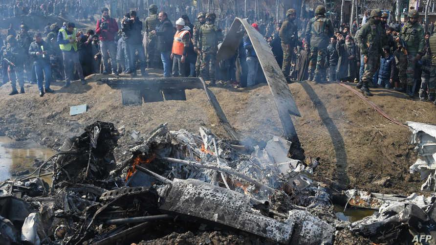 عناصر من الجيش الهندي بالقرب من حطام طائرة