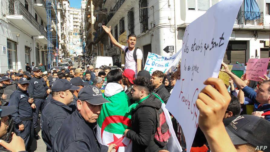 طالب جزائري يقود مظاهرات في العاصمة الجزائر يوم 9 نيسان/أبريل