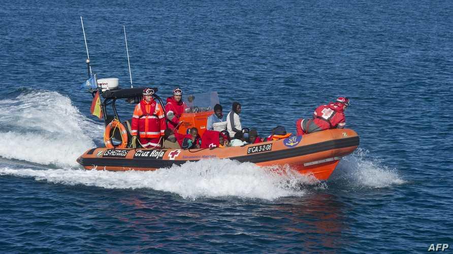 صورة لقارب يحمل مهاجرين غير شرعيين