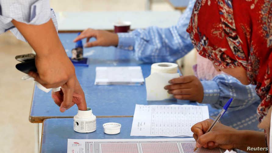 تونسيون يدلون بأصواتهم في الجولة الثانية من انتخابات الرئاسة التونسية في 13 أكتوبر 2019-