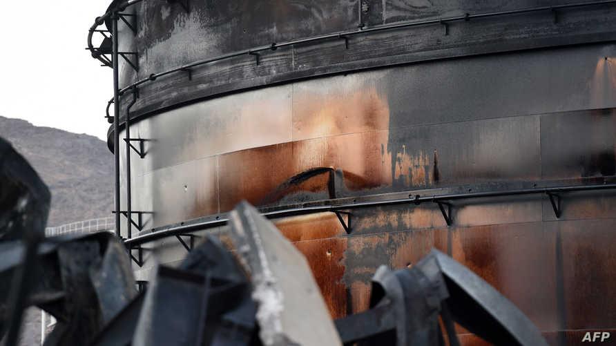 آثار الدمار في محطة كهرباء في نجران السعودية السبت، بعد يوم من قصفها بصاروخ مصدره اليمن