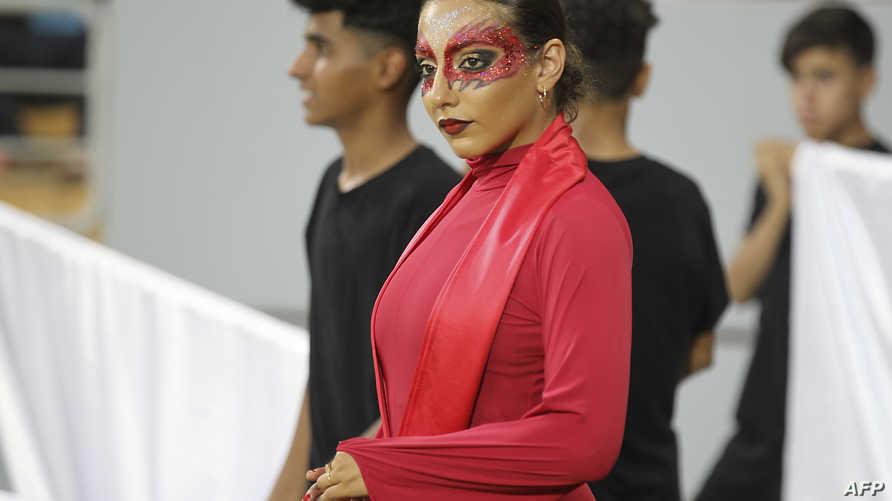 إحدى الفنانات خلال حفل افتتاح بطولة غرب آسيا لكرة القدم في كربلاء