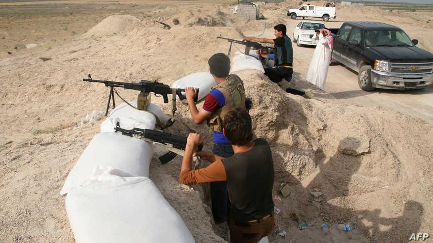 أبناء العشائر يتخذون مواقعهم في إحدى ضواحي الفلوجة خلال مواجهات مع مسلحي داعش