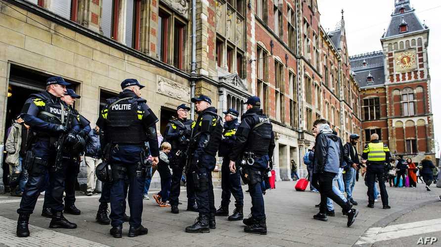 عناصر من الشرطة الهولندية