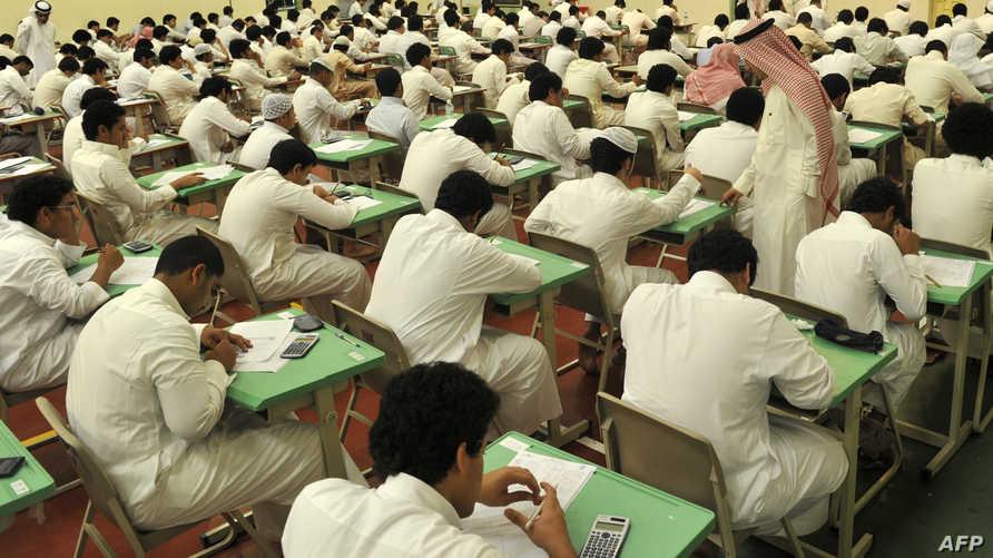 طلاب سعوديون يجرون امتحان مدرسي