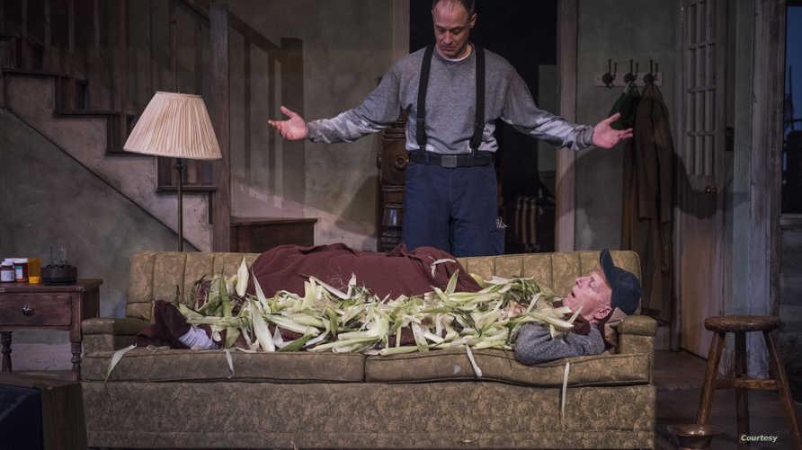 لاري يوندو (دودج الأب) وتيموثي إدوارد كين (ابرادلي الإبن) في مشهد من المسرحية (مايكل بروسيلو)