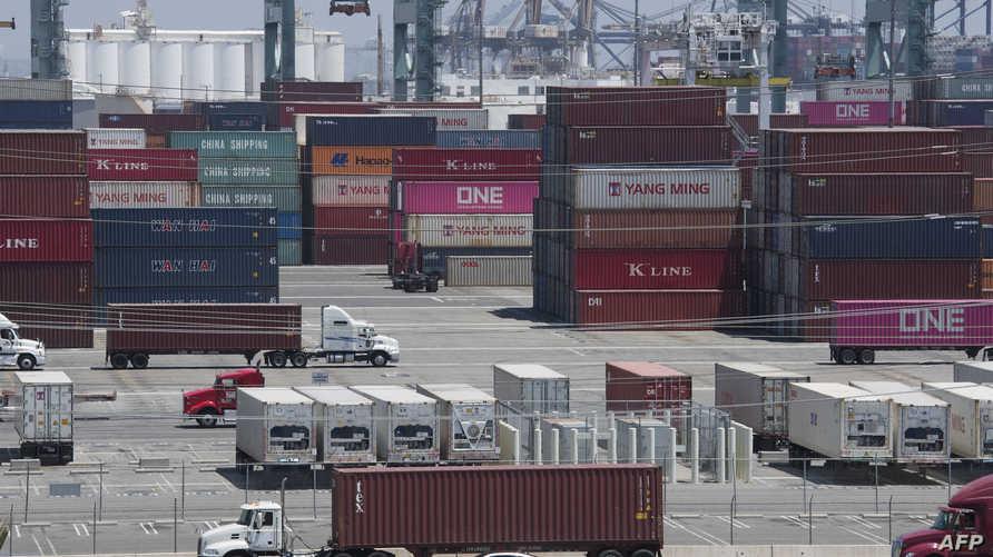 حاويات شحن صينية ومن بلدان آسيوية أخرى، في ميناء لونغ بيتش في كاليفورنيا