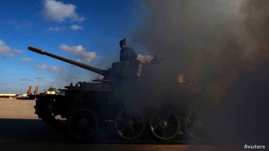 عنصر من قوات حفتر على دبابة