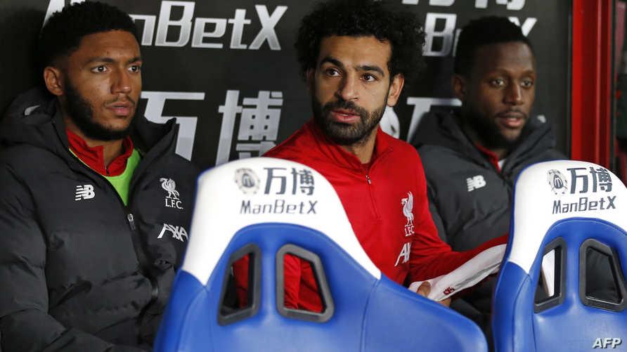 محمد صلاح على مقاعد البدلاء أثناء مباراة فريقه ليفربول أمام كريسال سيتي في الدوري الإنكليزي