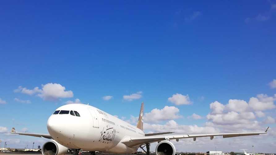 صورة لطائرة الخطوط الجوية الليبية داخل مطار معيتيقة