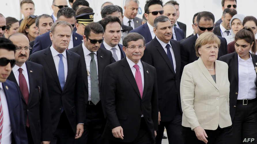 ميركل وتاسك خلال زيارتهم لمخيم نيزيب برفقة  رئيس الوزراء التركي آنذاك أحمد داوود أوغلو، الشهر الماضي.