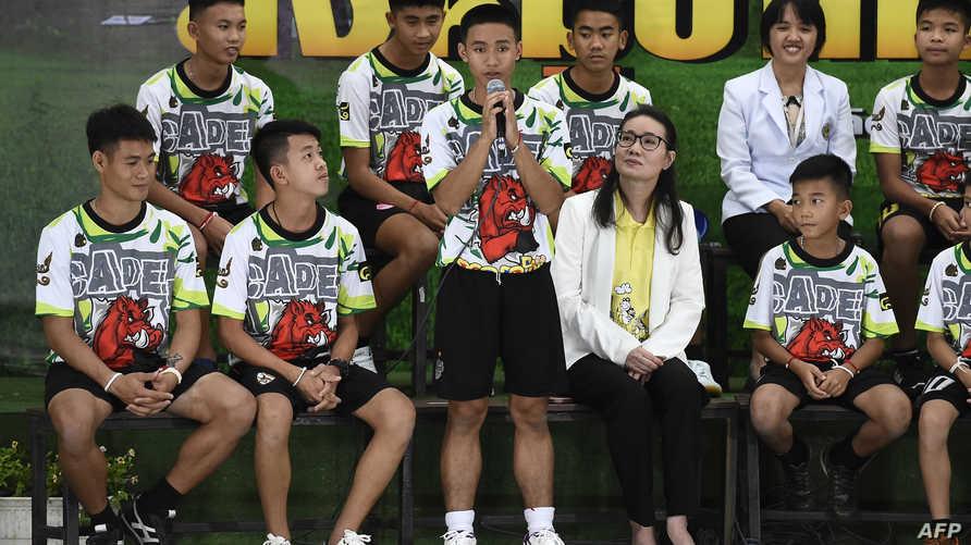 فتية الكهف خلال مؤتمر صحفي في تايلاند