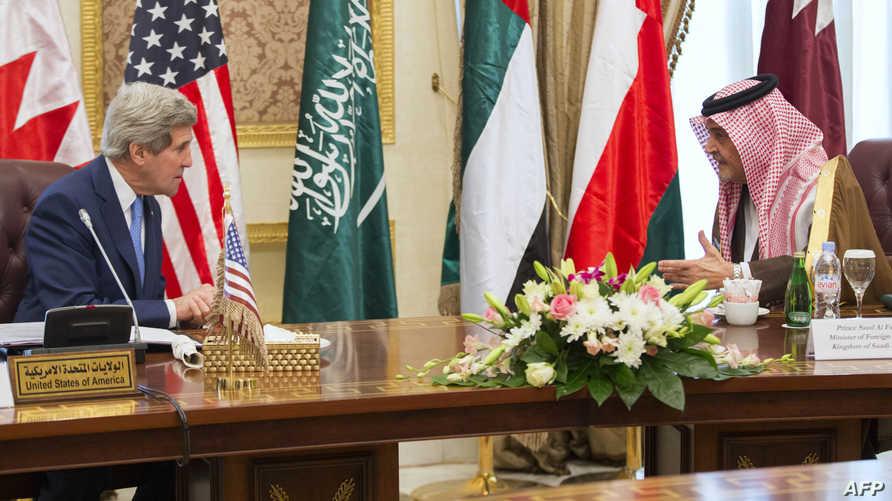كيري رفقة وزير الخارجية السعودي