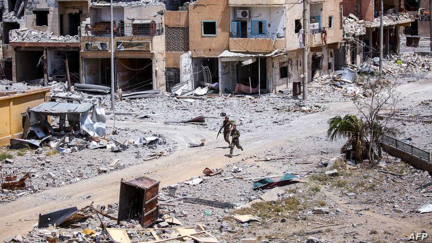 عنصران من قوات سورية الديموقراطية في الرقة