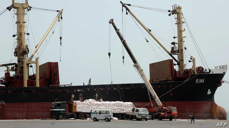 تفريغ مساعدات في ميناء الحديدة