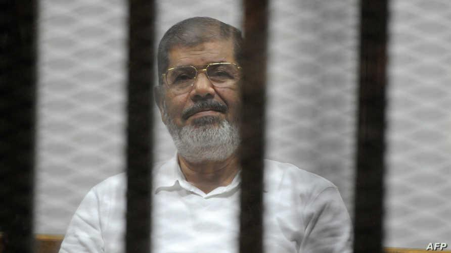 محمد مرسي خلال إحدى جلسات محاكمته- أرشيف