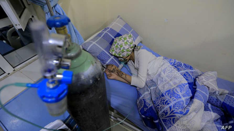 طالبة يمنية مصابة بجروح تتلقى العلاج في مستشفى بعد مقتل 11 مدنيا في صنعاء
