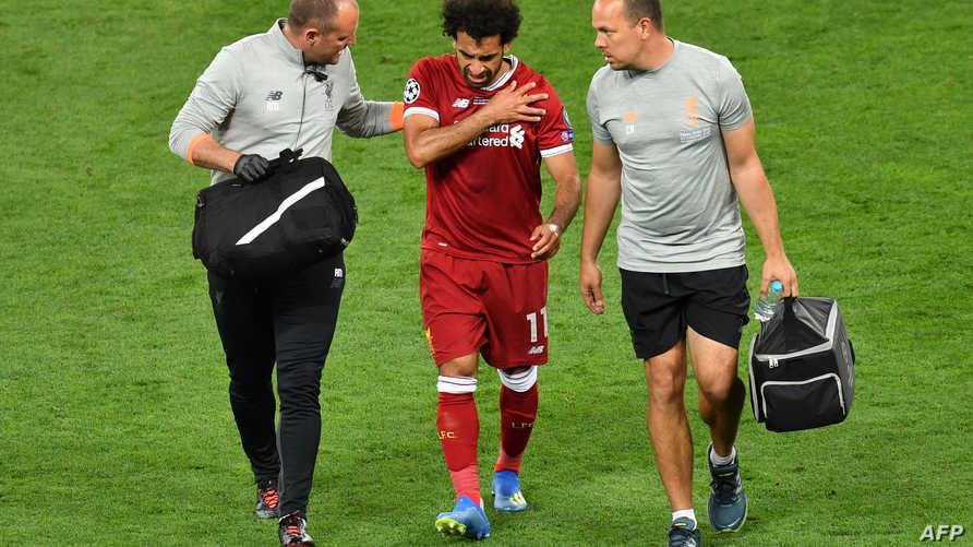 صلاح يخرج من الملعب عقب إصابته خلال نهائي دوري أبطال أوروبا