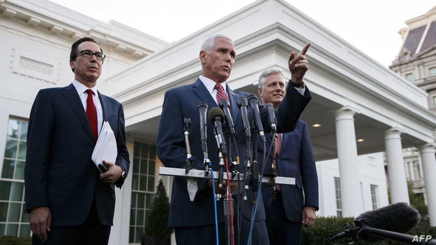 بنس وإلى جانبه منوشن وأوبراين، خلال الإدلاء بتصريحاته أمام البيت الأبيض