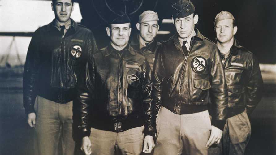 ريتشارد كول (الثاني من اليمين) وجيمس دوليتل (الثاني من اليسار)