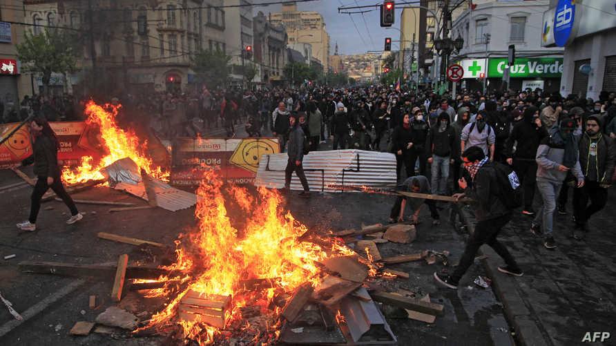 مواطنون غاضبون يتظاهرون في سانتياغو في تشيلي