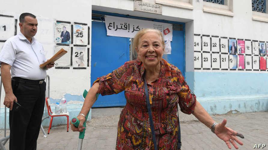 سيدة تونسية أمام مقر انتخابي