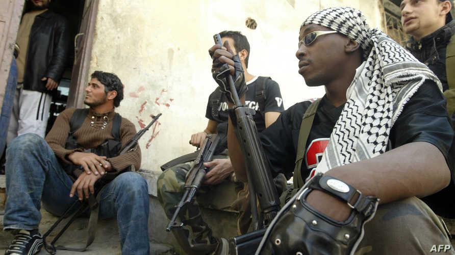 مسلحون من فتح داخل مخيم عين الحلوة -أرشيف