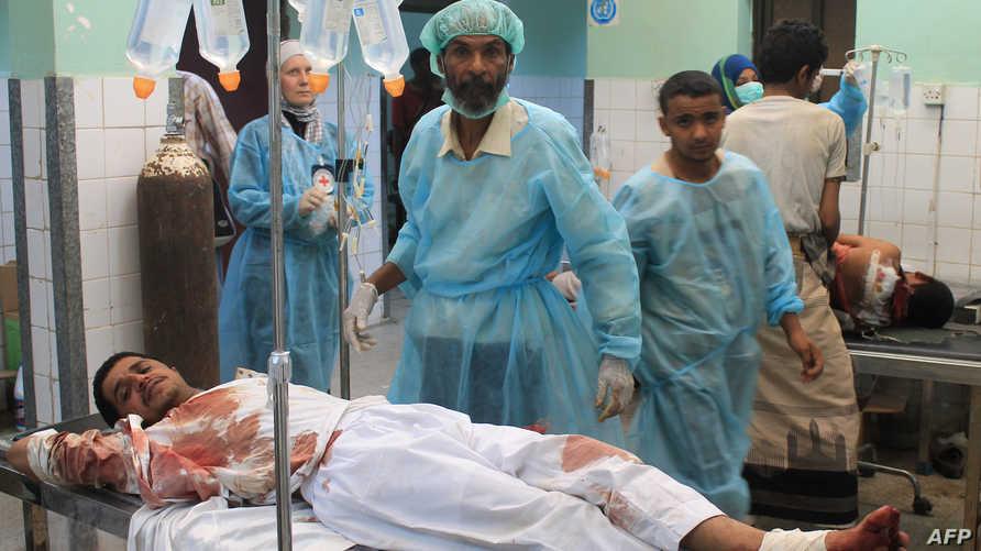 يمني يتلقى العلاج في عدن بحضور أحد أعضاء فريق الصليب الأحمر الدولي