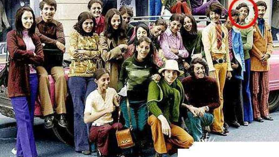 أسامة بن لادن (الثاني من اليمين) في سن 14 سنة عام 1971خلال إجازة في السويد مع 22 من إخوته وأخواته